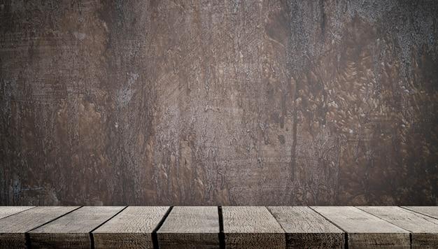 Prateleira de madeira vazia na parede de cimento cinza para exposição do produto
