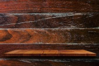Prateleira de madeira vazia na parede de madeira.
