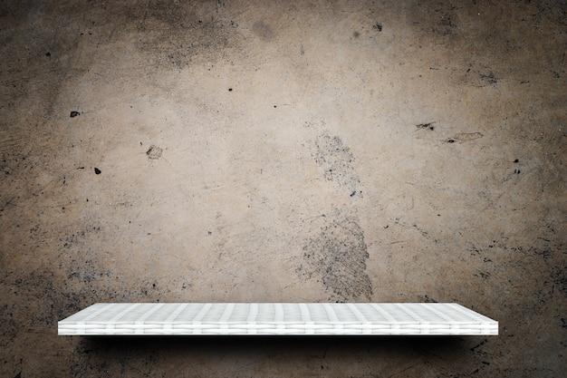 Prateleira de madeira vazia no fundo de cimento sujo para exposição do produto