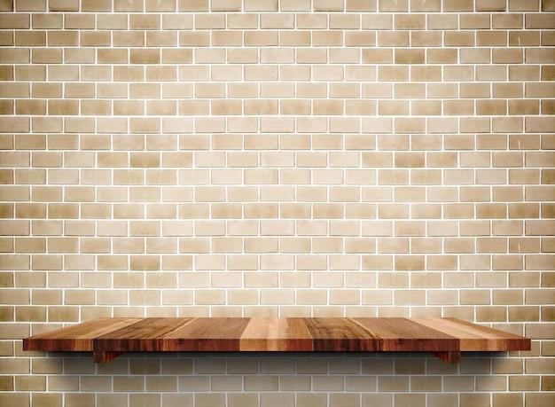 Prateleira de madeira vazia no tijolo do grunge