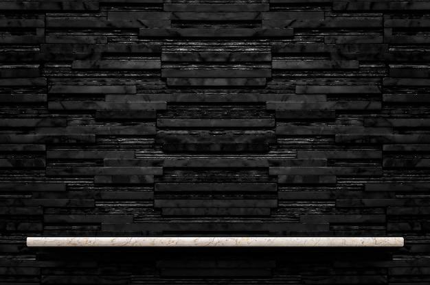 Prateleira de pedra de mármore vazia no fundo da parede de azulejo de mármore de camada preta