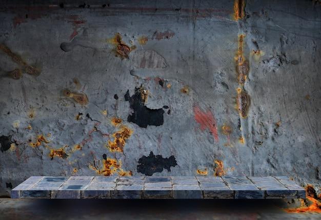 Prateleira de pedra vazia na parede de metal rústica para exposição do produto