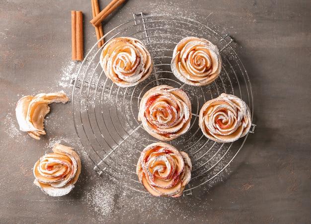 Prateleira de refrigeração com massa de maçã em forma de rosa na mesa