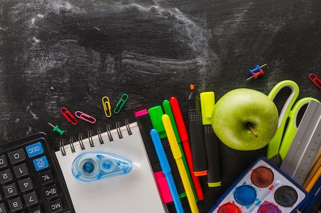 Prateleira e materiais escolares