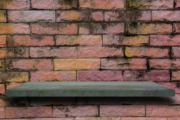 Prateleira vazia do cimento na parede de tijolo.
