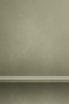 Prateleira vazia em uma parede cinza matizada. cena do modelo de plano de fundo. pano de fundo vertical