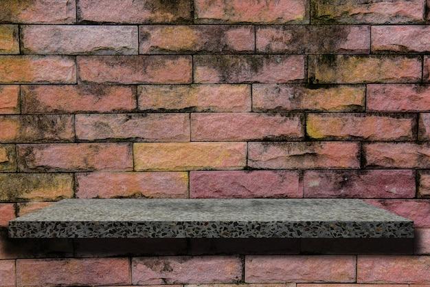 Prateleira vazia na parede de tijolos.