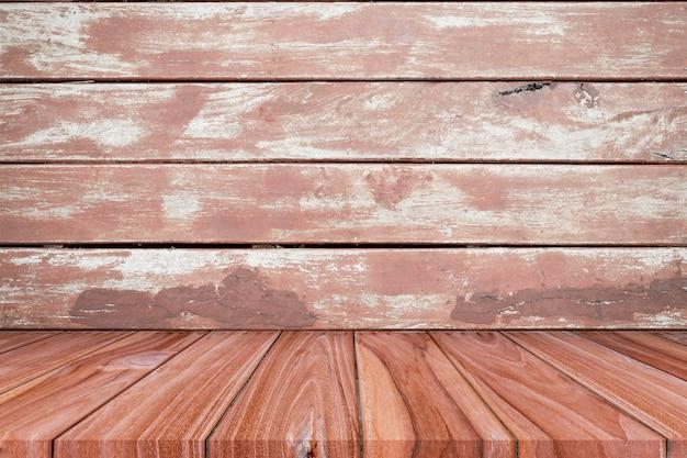 Prateleira vazia no fundo de madeira marrom da parede da prancha.