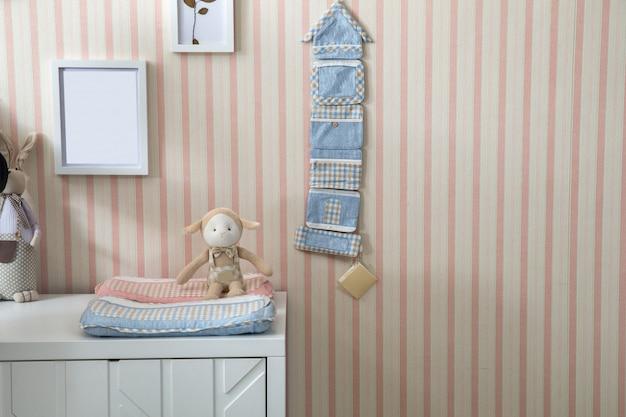 Prateleiras com cabide no quarto do bebê moderno