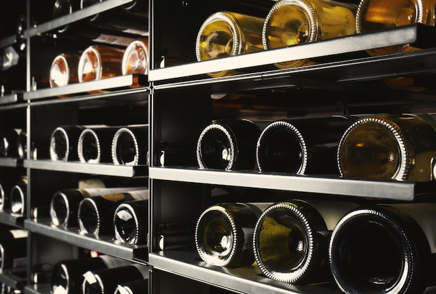 Prateleiras com garrafas de vinho em adega