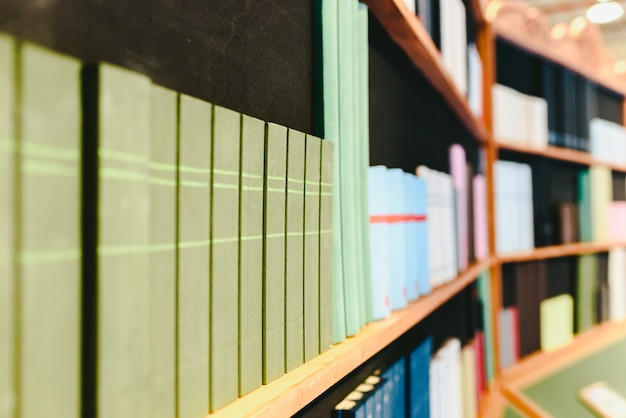 Prateleiras com livros falsos para decoração.