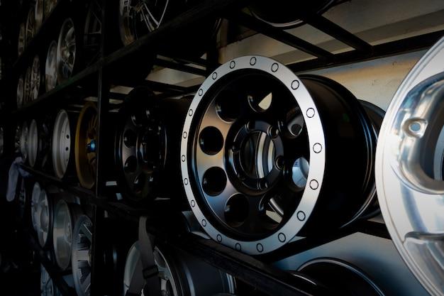 Prateleiras com rodas de liga leve e pneus no centro de serviço de carro moderno