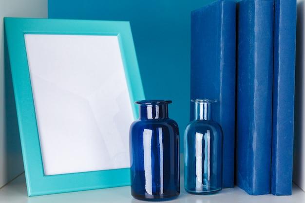 Prateleiras de escritório branco com diferentes artigos de papelaria, close-up