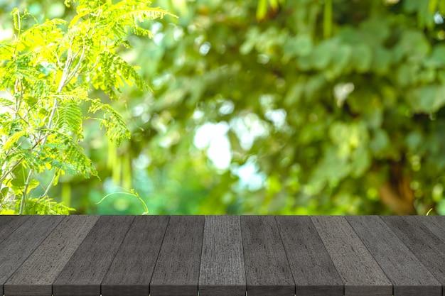 Prateleiras de madeira preta ou mesa de madeira preta com vista para a natureza