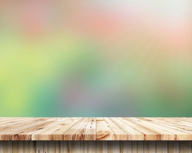 Prateleiras de madeira superiores vazias e fundo colorido da parede de tijolo. para a exposição do produto