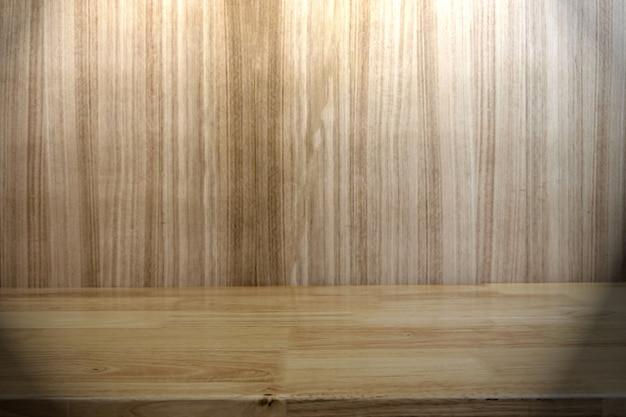 Prateleiras de madeira superiores vazias e fundo de madeira da parede para a exposição do produto do lugar. foc seletiva