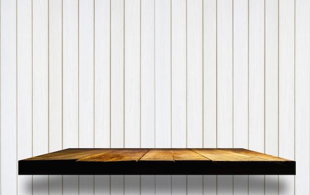 Prateleiras de madeira vazias na parede de madeira