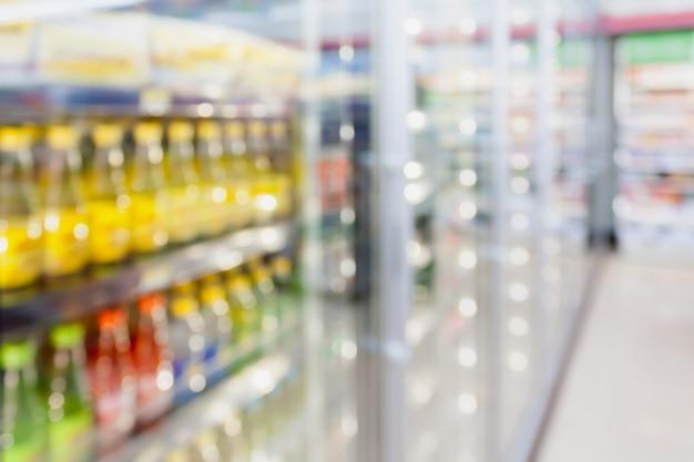 Prateleiras de refrigeradores de lojas de conveniência com fundo desfocado