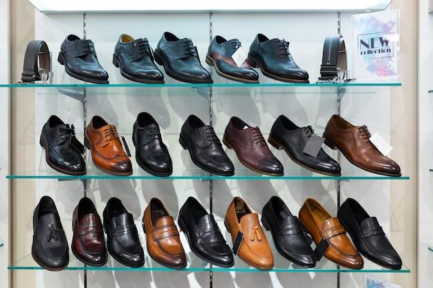 Prateleiras de vidro com sapatos masculinos em uma loja