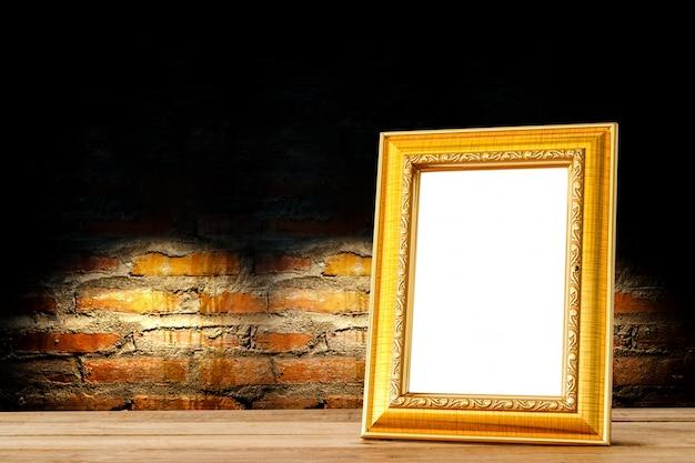 Prateleiras douradas de madeira com moldura de madeira contra a parede de tijolos