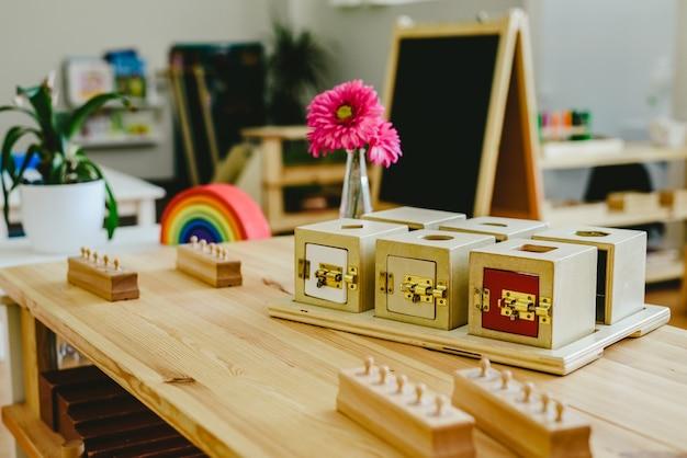 Prateleiras em uma aula montessori com caixas de bloqueio