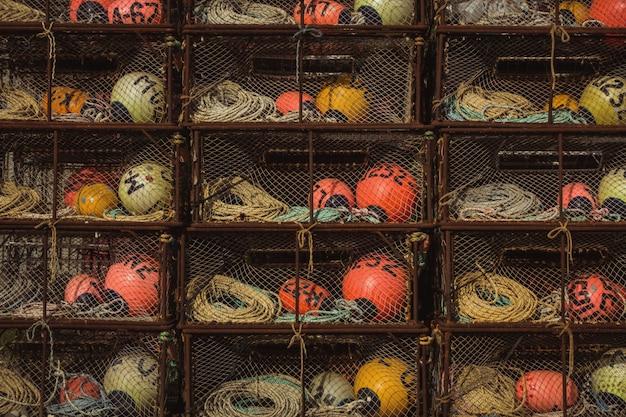 Prateleiras metálicas de bóias coloridas diferentes