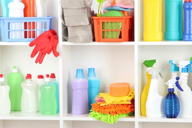Prateleiras na despensa com produtos de limpeza para close-up da casa