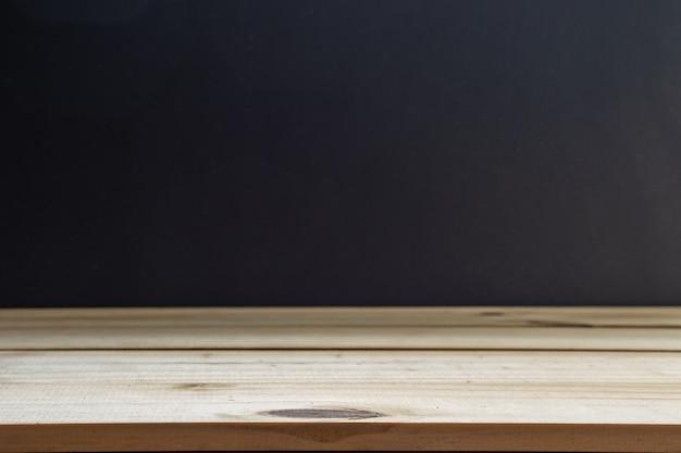 Prateleiras superiores vazias ou mesa de madeira no fundo do quadro-negro.
