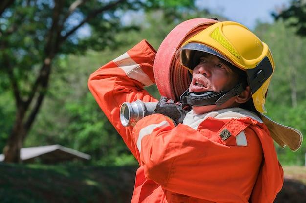 Prática de equipe para lutar com fogo em situação de emergência.