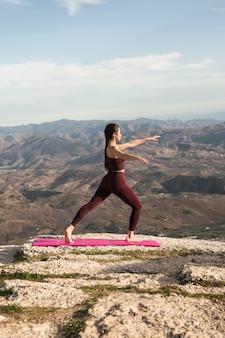 Prática de ioga de ângulo baixo ao ar livre