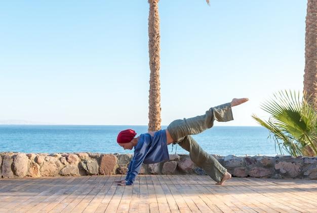 Prática de ioga no cais