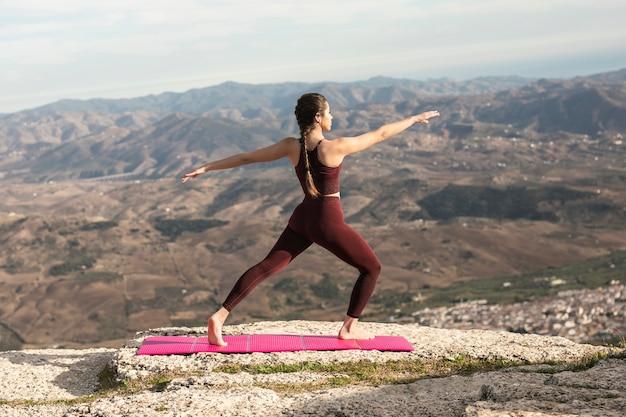 Prática de ioga vista frontal ao ar livre