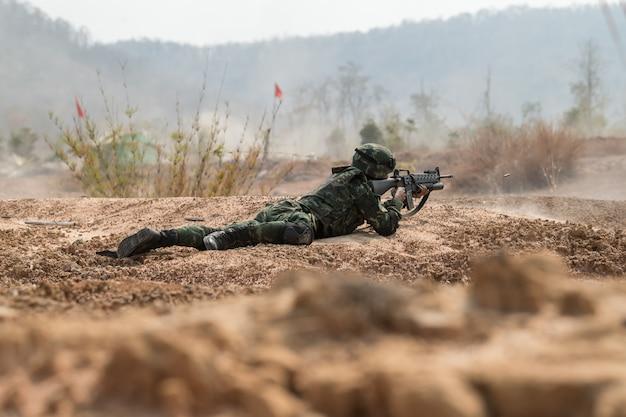 Prática de soldado para patrulhar