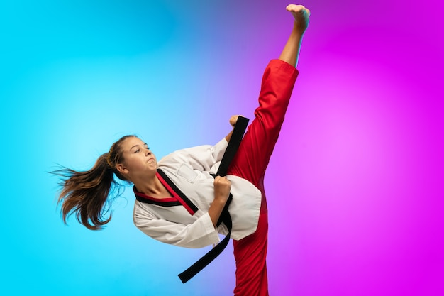 Prática. karatê, garota de taekwondo com faixa preta