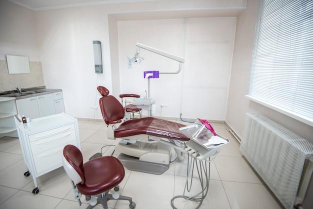 Prática odontológica moderna. cadeira odontológica e outros acessórios usados por dentistas.