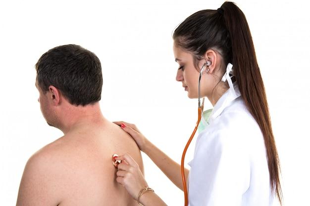 Praticante confiante, verificando o paciente