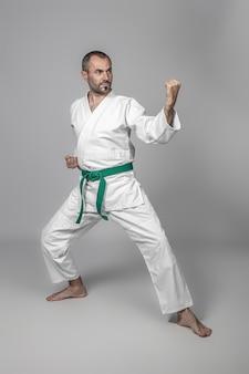 Praticante de artes marciais, caucasiano, de 40 anos.