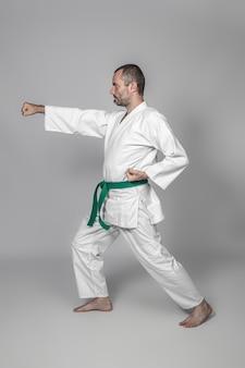 Praticante de artes marciais realizando um kata. conceito de esporte.