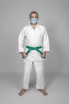 Praticante de artes marciais usando uma máscara para se proteger da infecção covid-19