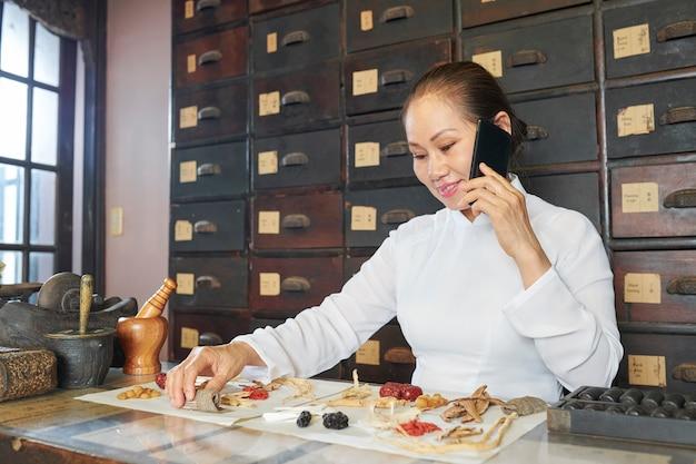 Praticante de medicina tradicional asiática