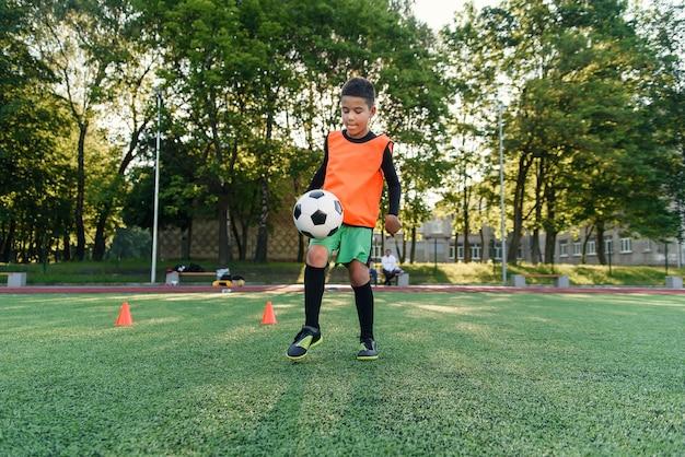 Praticar exercícios esportivos em estádio artificial.