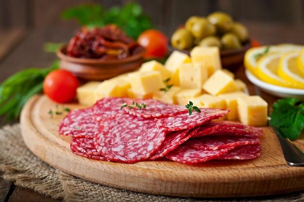 Prato antipasto para catering com salame e queijo