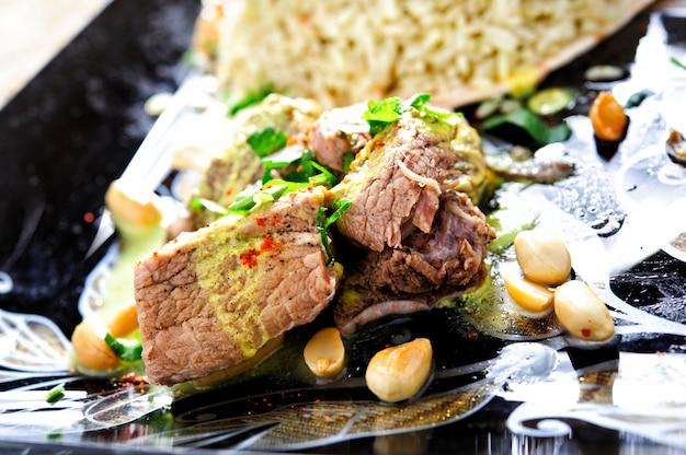 Prato árabe tradicional de arroz e cordeiro com molho.