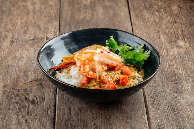 Prato asiático de caril com lagostins e arroz hikari