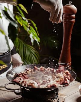 Prato azerbaijano miudezas de cordeiro djiz-biz com fígado, coração, pulmões, baço, rim, gordura