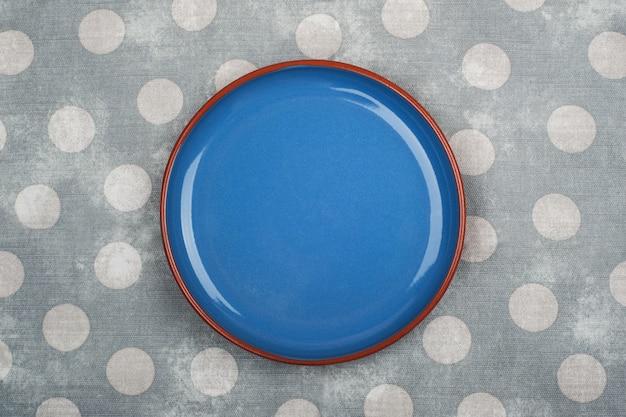 Prato azul vazio e guardanapo