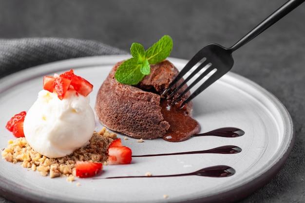 Prato branco com bolo de chocolate fondant