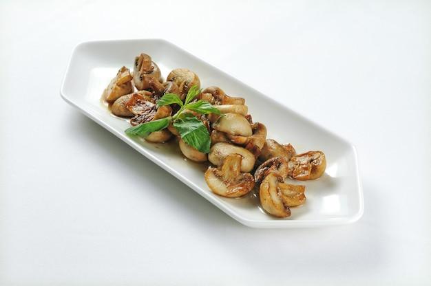 Prato branco com cogumelos grelhados