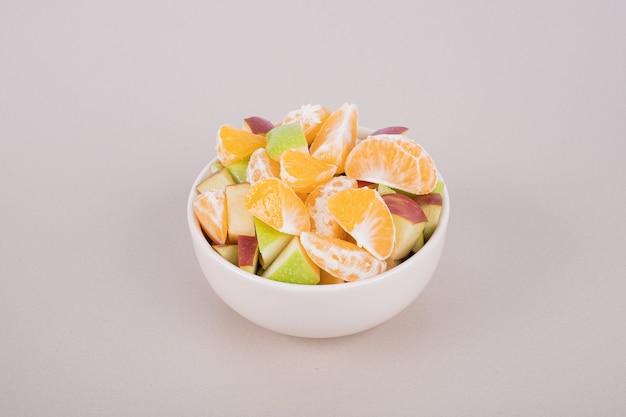 Prato branco com fatias de frutas frescas
