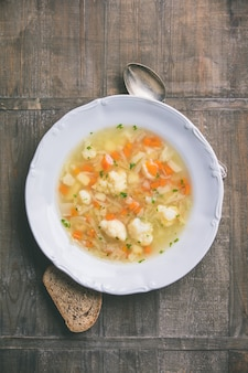 Prato branco de sopa de legumes caseira